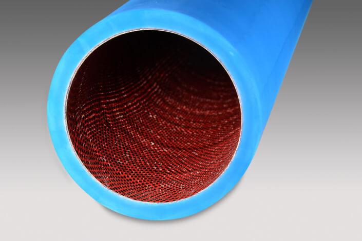 Blaue Gummiwalze mit rotem Netz-Innenleben